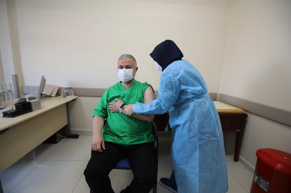 Rektör Şahin de aşı oldu