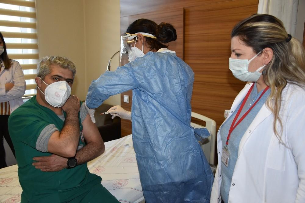 Van'da ilk olarak sağlık çalışanları aşı oldu