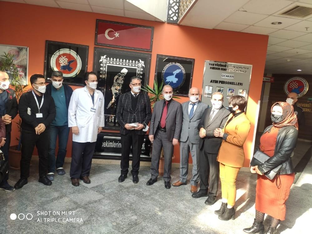 Tuşba Maske Üretim Merkezinden YYÜ'ye maske desteği