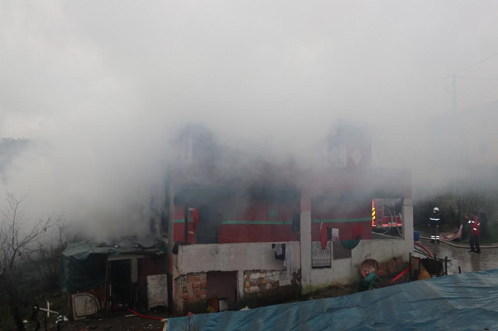 Yangın 10 kişilik aileyi evsiz bıraktı
