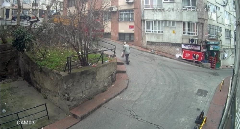 Beyoğlu'nda frenleri tutmayan kamyonet binaya çarptı