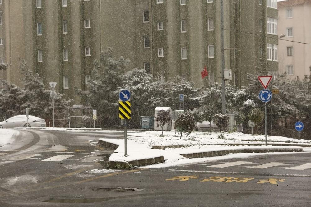 Kağıthane'de ara sokaklar beyaz örtü ile kaplandı
