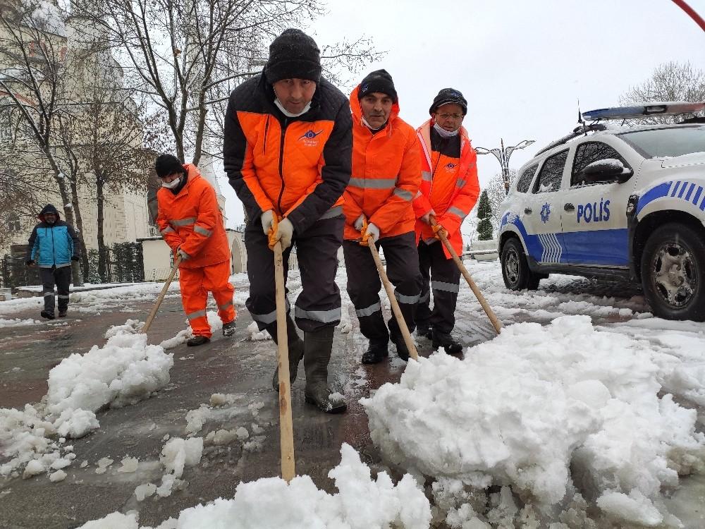 Sultangazi'de karla kaplı yolları ekipler açıyor