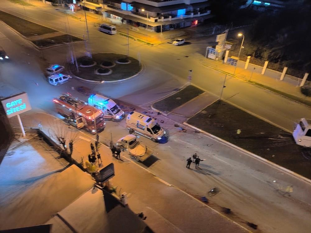 Antalya'da domates yüklü kamyonet otobüsle çarpıştı: 1 ölü,2 yaralı