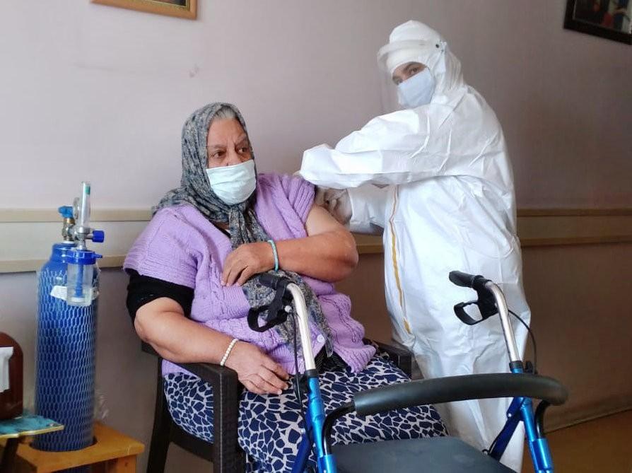 Söke'de Huzur Evi'nde kalan yaşlılar ile 90 yaş üzeri vatandaşlar aşılanıyor