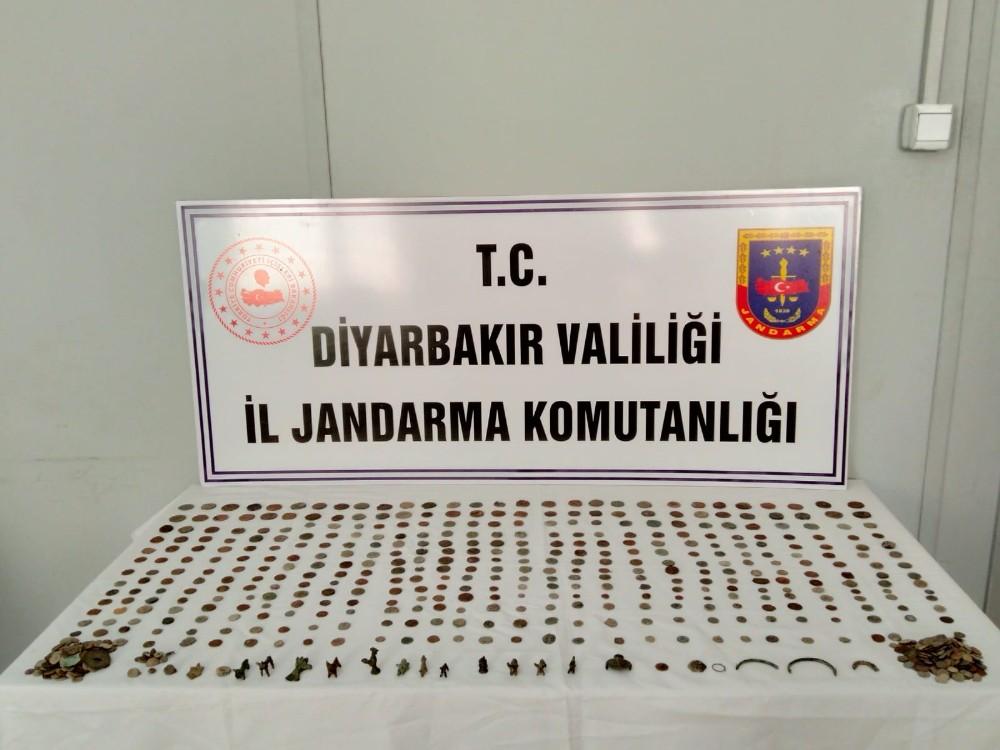 Diyarbakır'da tarihi eser kaçakçılığı operasyonu: 695 eser ele geçirildi