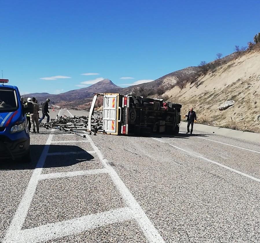 Devrilen kamyon Adıyaman-Gölbaşı yolunu trafiğe kapattı