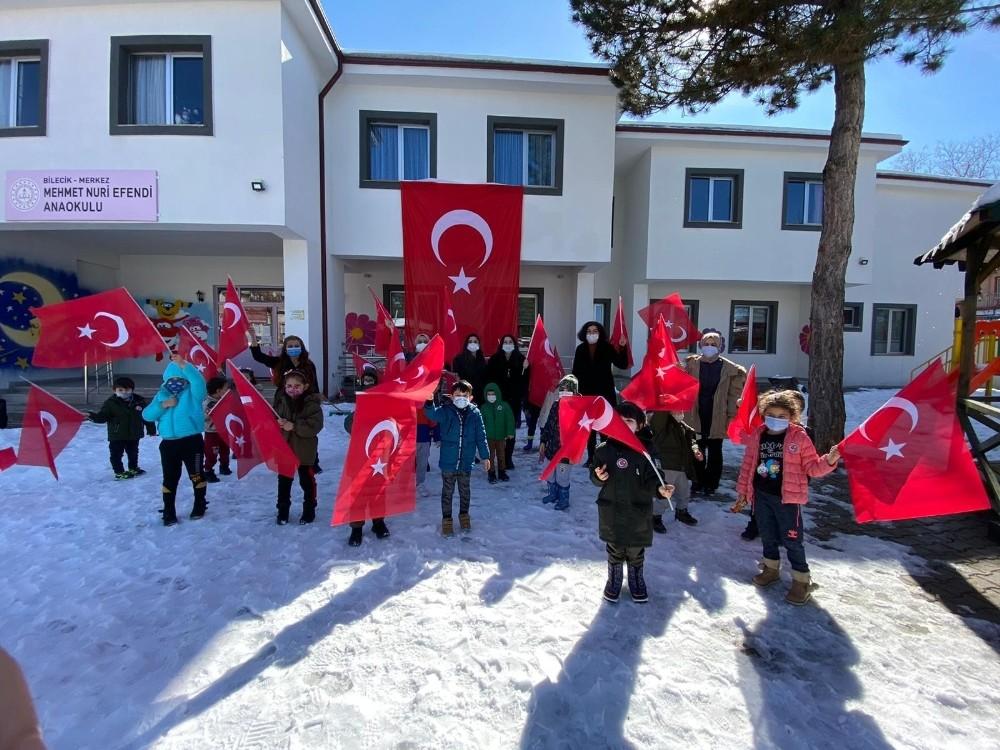 Anaokulu öğrencileri mahalle sakinlerine Türk bayrağı dağıttı