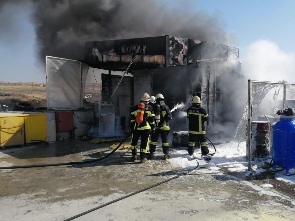Benzinlik içerisinde bulunan lastikçide çıkan yangın ekipleri harekete geçirdi