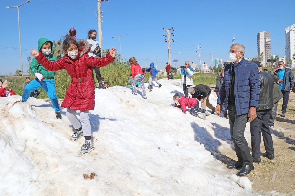 Mezitlili çocuklar, ayaklarına kadar gelen karda doyasıya eğlendi