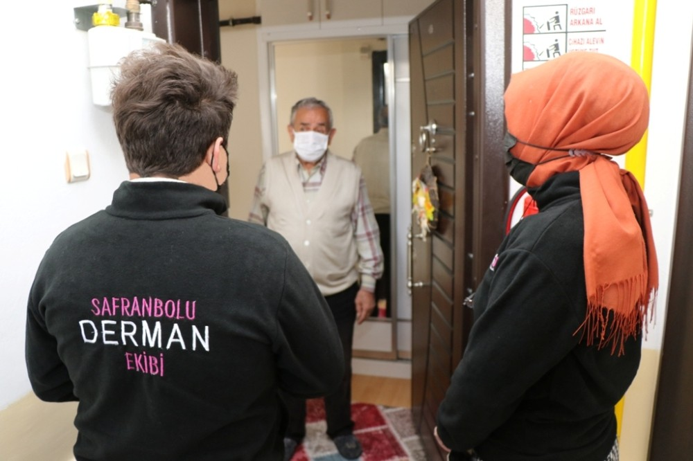 """Safranbolu Belediyesi'nin """"Derman"""" ekibi vatandaşın kapısını çalıyor"""