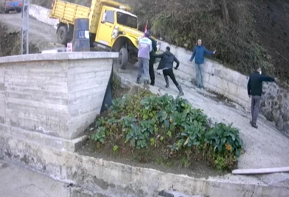 Yokuşta kayan kamyonetin altında kalmaktan son anda kurtuldular