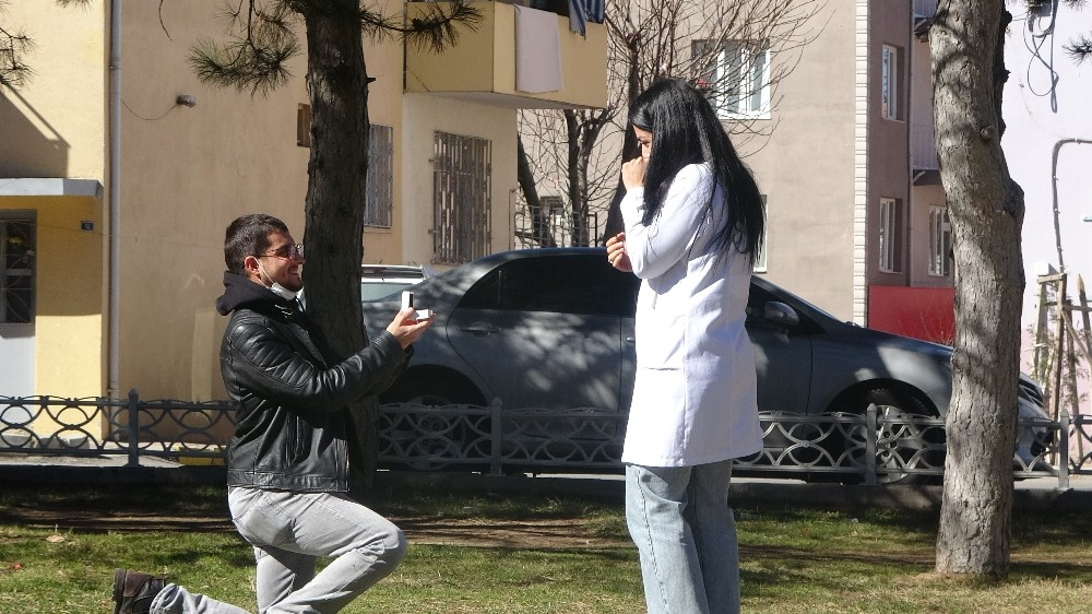 Bayılma numarasıyla hemşire sevgilisine evlilik teklifi etti
