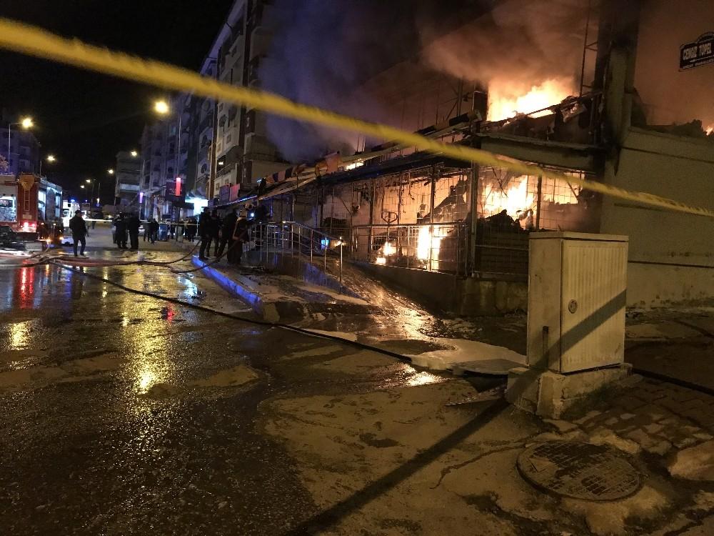 Kızılcahamam'da sabaha karşı bir markette yangın çıktı