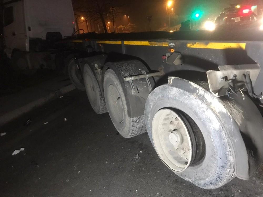 Dorsesi üst geçide çarpan hafriyat kamyonu karşı şeritten gelen araca çarptı: 2 yaralı