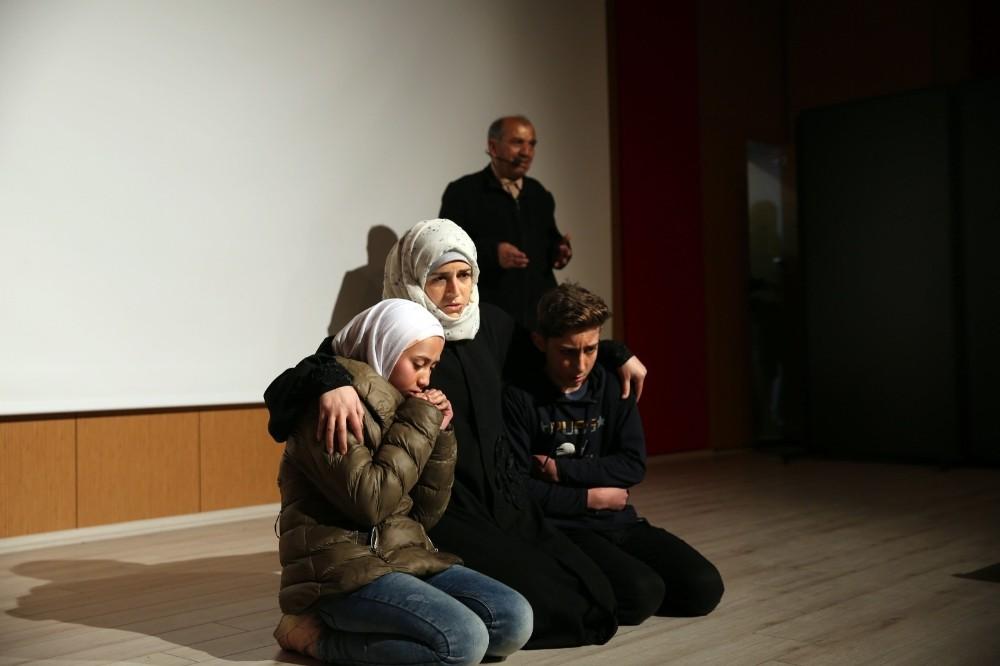 Mardin'de savaş mağduru Suriyelileri konu alan tiyatro sahnelendi