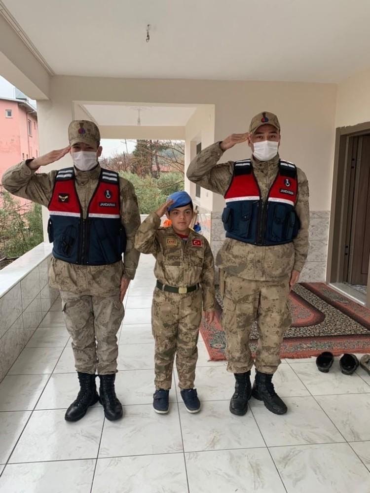 Jandarma'dan down sendromlu çocuğa üniformalı sürpriz