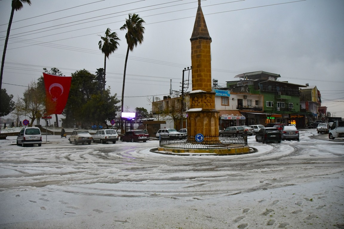 Adana'da dolu ilçeyi beyaza bürüdü