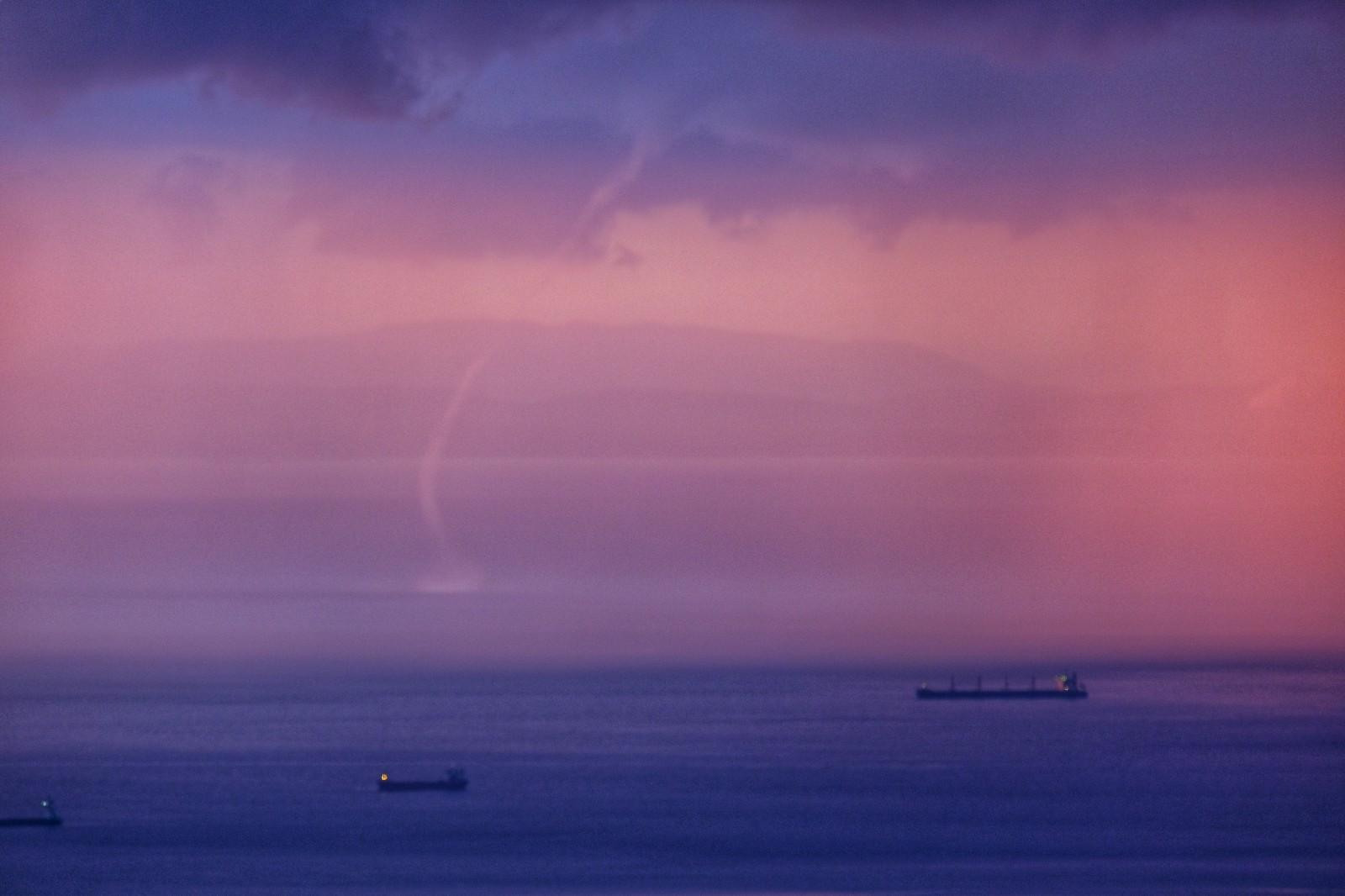 İskenderun Körfezi'nde yağmurlu hava ile günbatımı kartpostallık görüntü oluşturdu