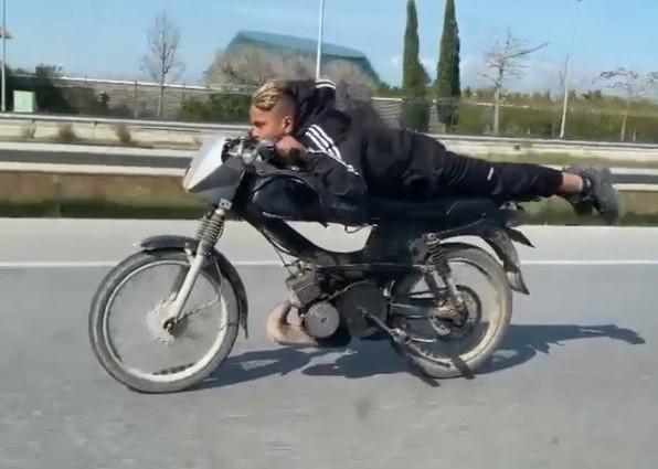 Kısıtlamada motosikletle yüzüstü son sürat tehlikeli yolculuk - Antalya  Haberleri