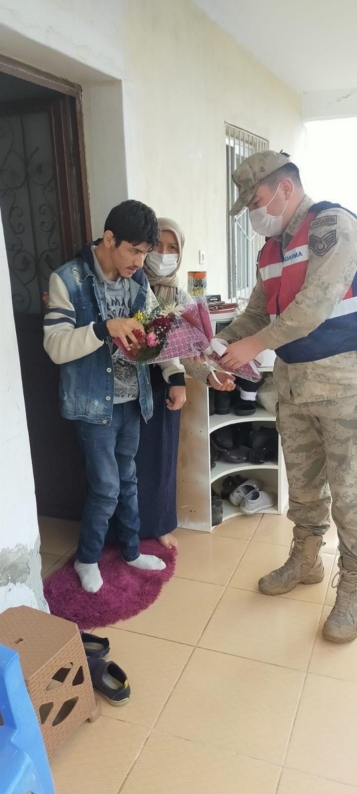 Jandarma, otizmli gençleri unutmadı