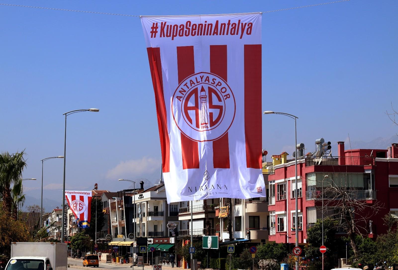 Antalyaspor bayrakları caddeleri süslüyor