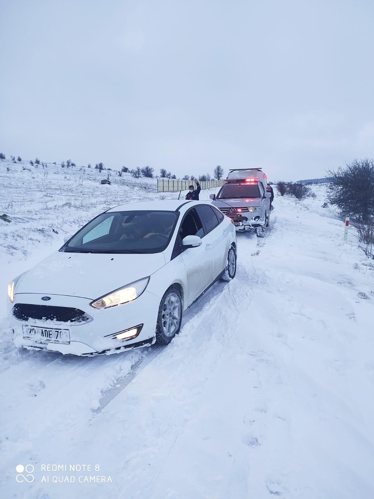 Kara saplanan otomobildeki 2 kişiyi AFAD kurtardı