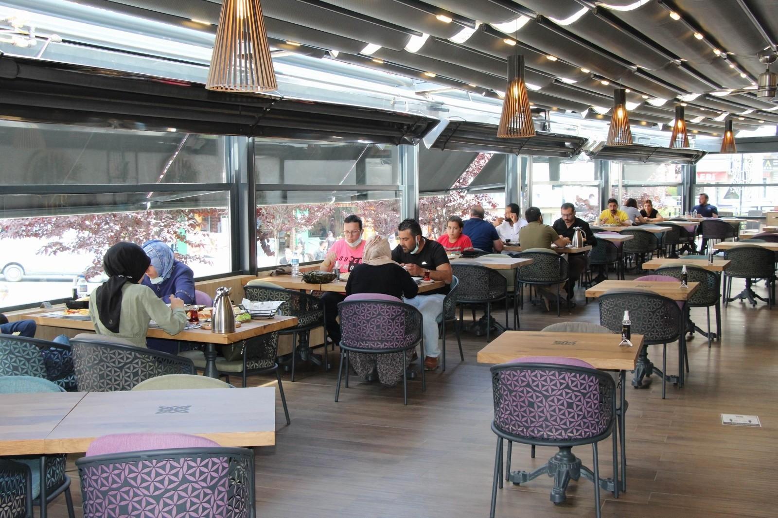 Kafe ve restoranlara vatandaşlar yoğun ilgi gösteriyor