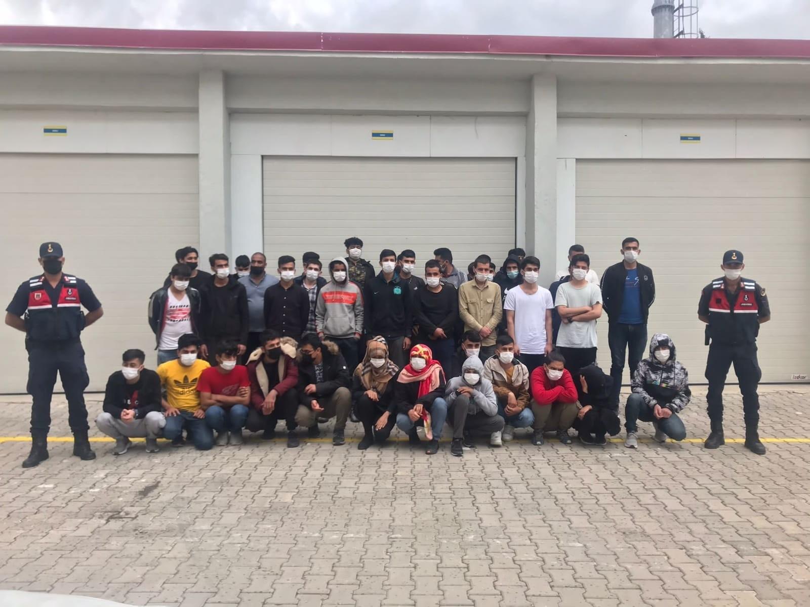 Antalya'da ormanlık alanda 73 düzensiz göçmen yakalandı