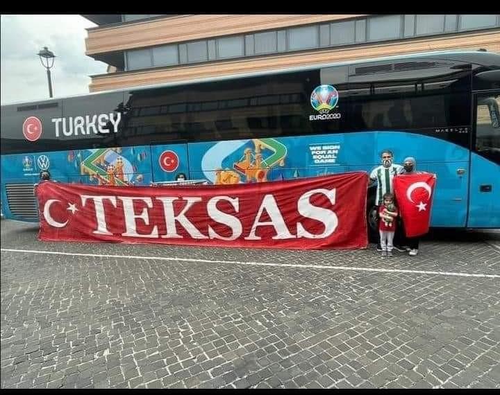 Bursaspor taraftarı Milli Takımı Roma'da destekliyor