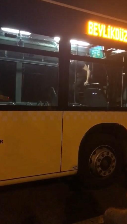 Metrobüste kendisine zarar veren şahsı özel harekat polisi aldı