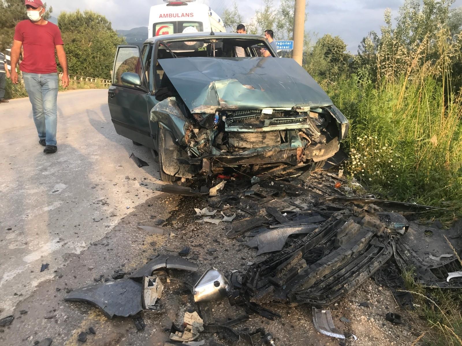 Alkollü sürücü hatalı sollama yaptı, iki otomobil çarpıştı: 4 yaralı