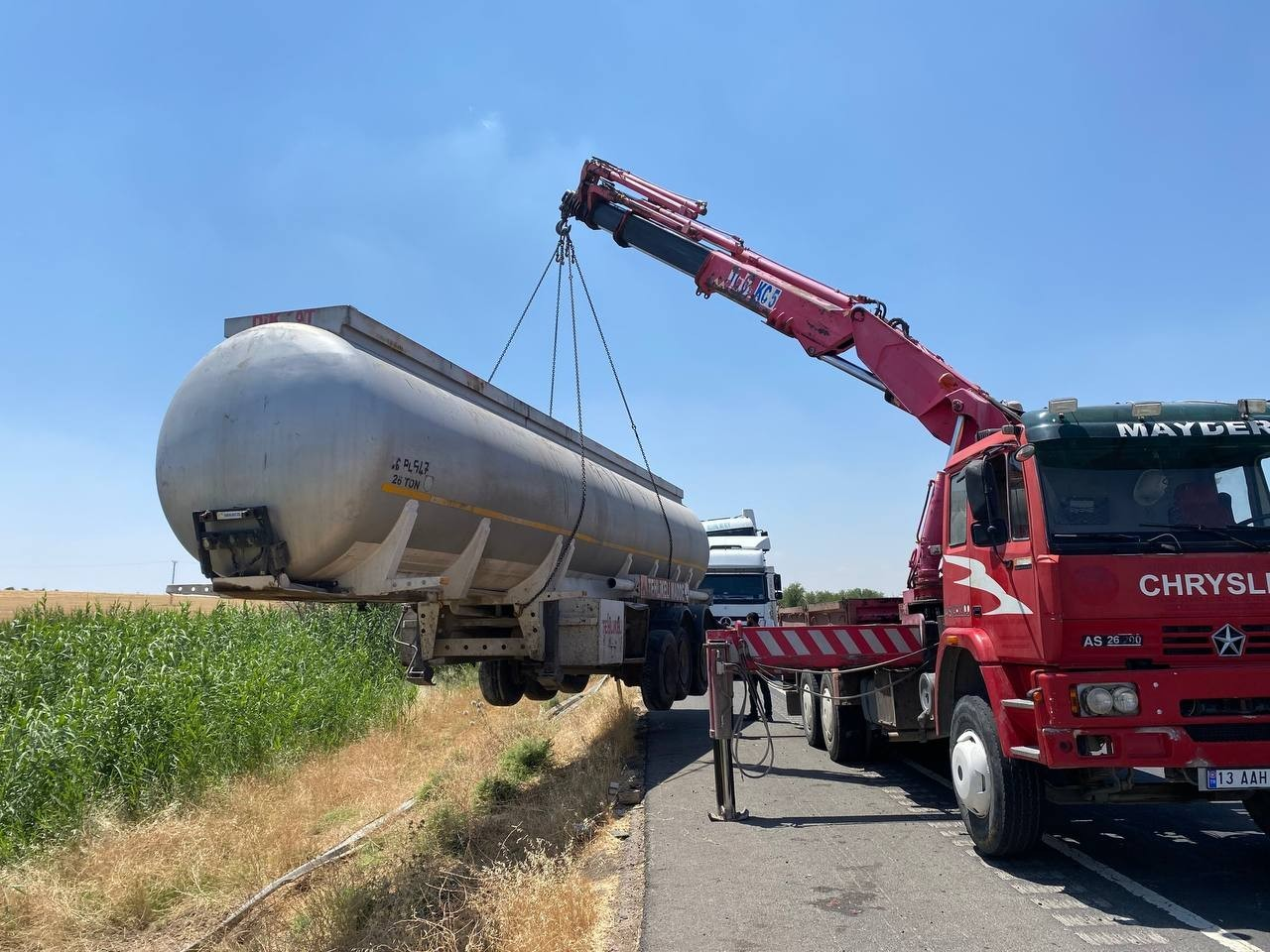 Yakıt tankeri şarampole devrildi