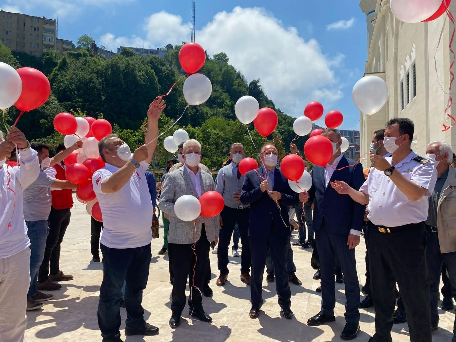 Uzunmehmet camisi önünde Kızılayın yıl dönümü katlandı