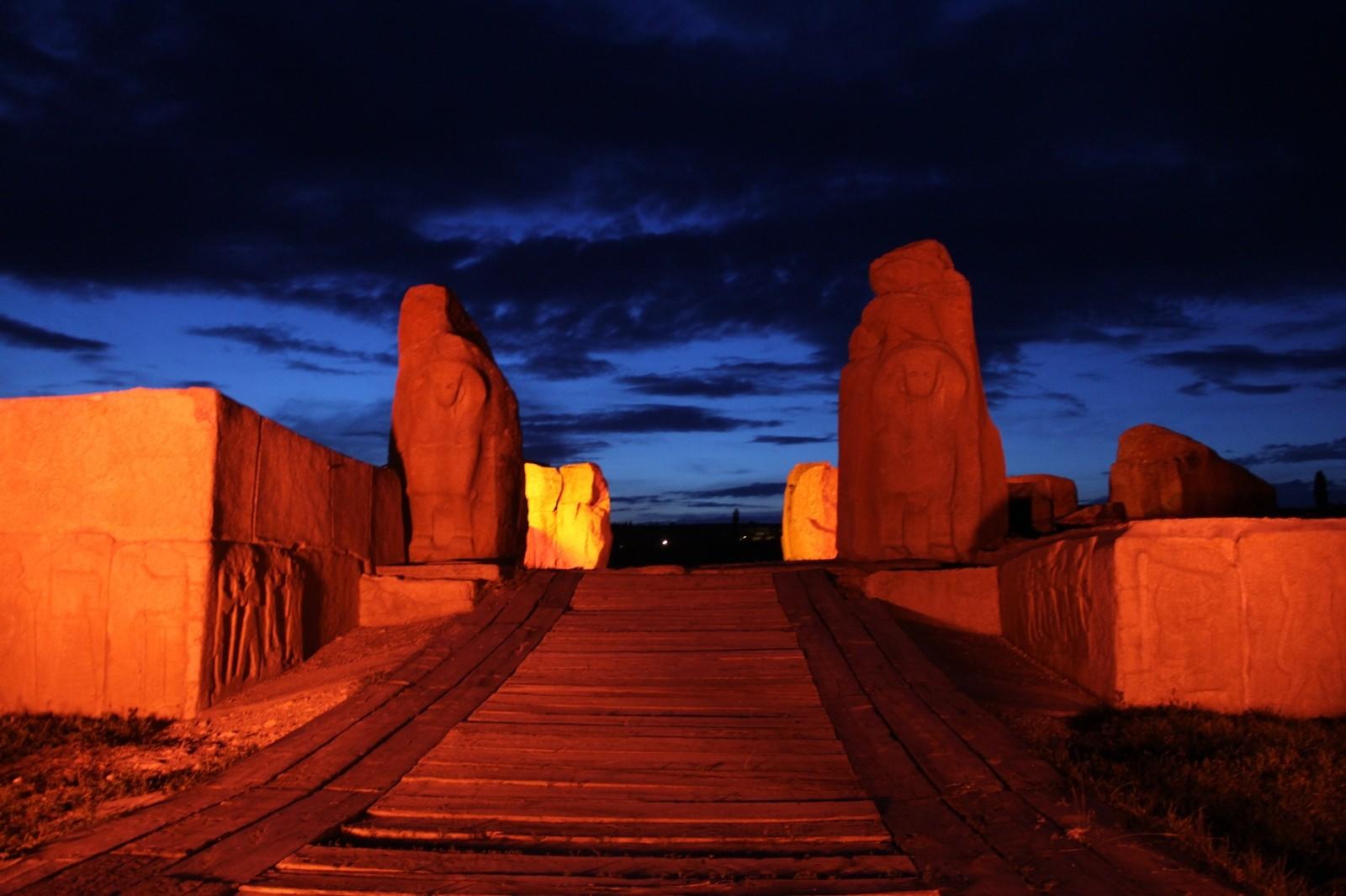 Türkiye'nin ilk milli kazı alanı Alacahöyük kırmızıya büründü