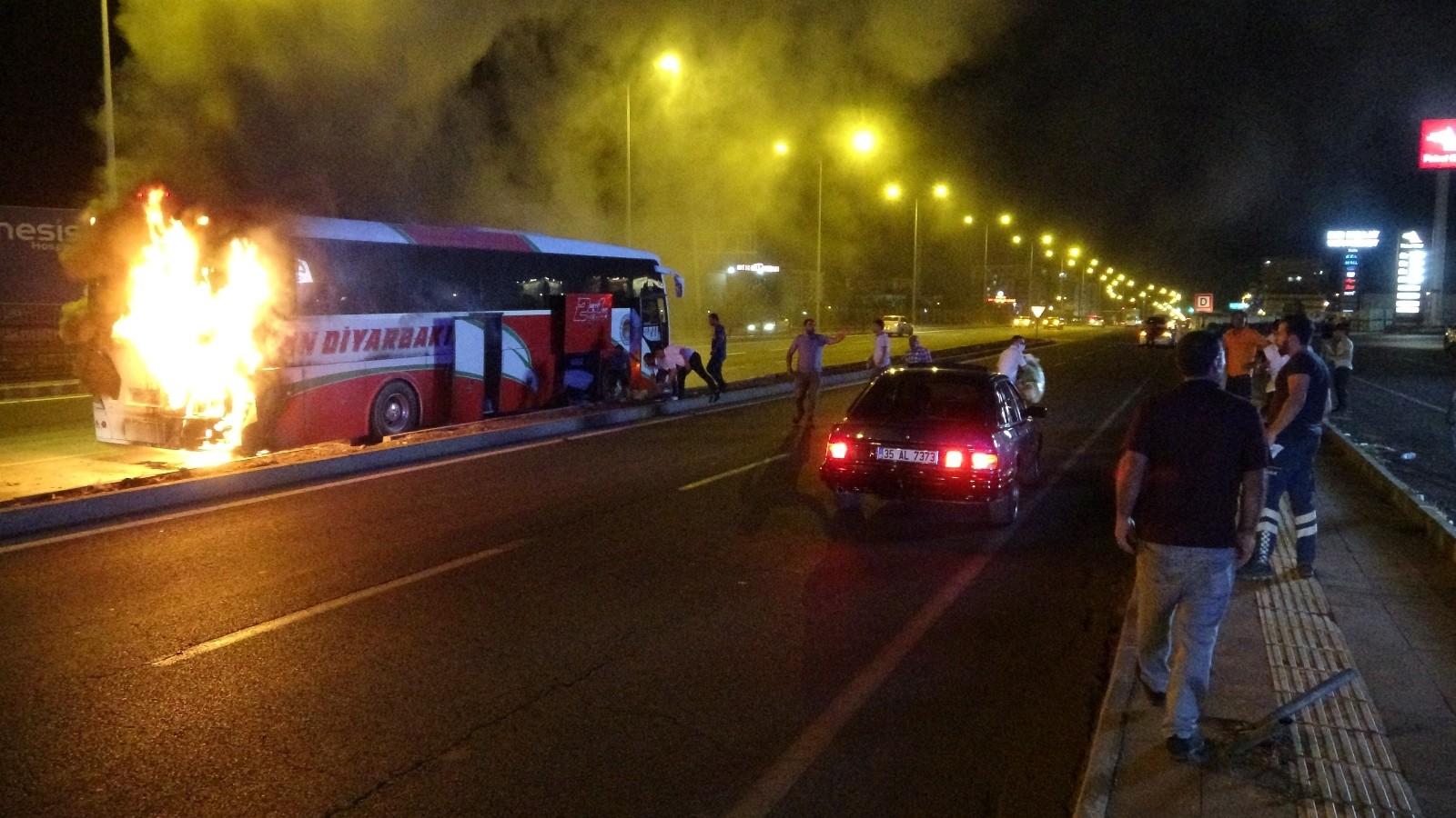 Diyarbakır'da faciadan dönüldü: Yolcu otobüsü seyir halindeyken cayır cayır  yandı - Diyarbakır Haberleri