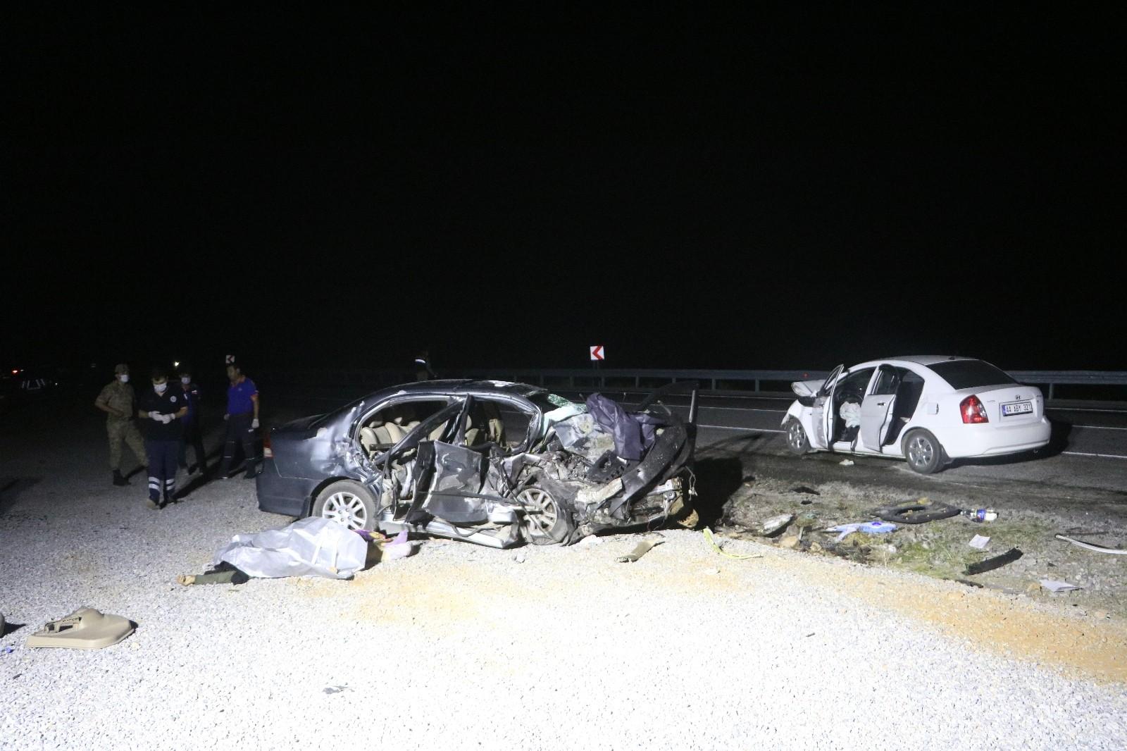 İki otomobil kafa kafaya çarpıştı: 3 ölü, 4 yaralı - Malatya Haberleri