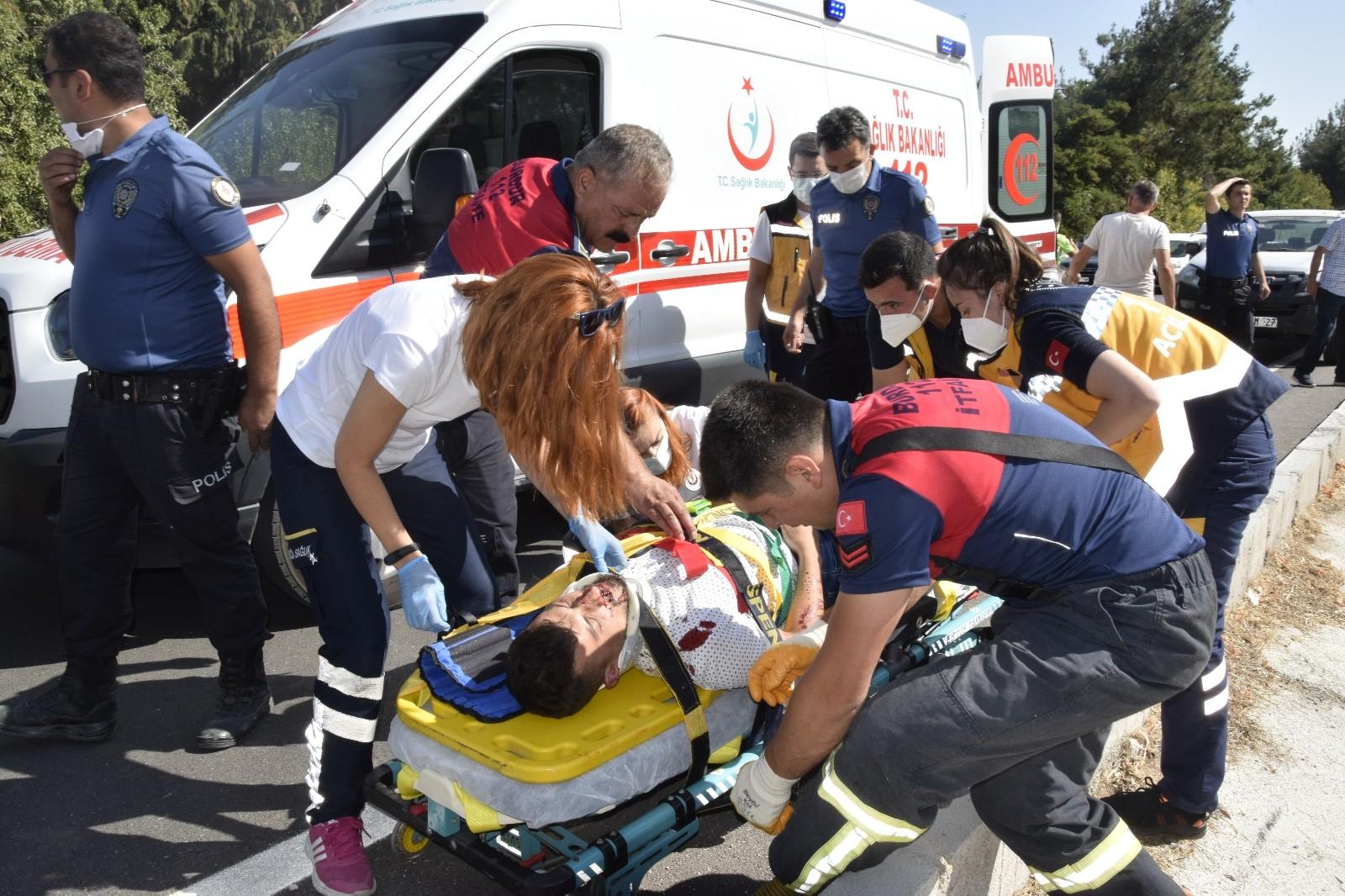 Burdur'da refüje çıkan otomobilin üzerine direk devrildi: 3 yaralı