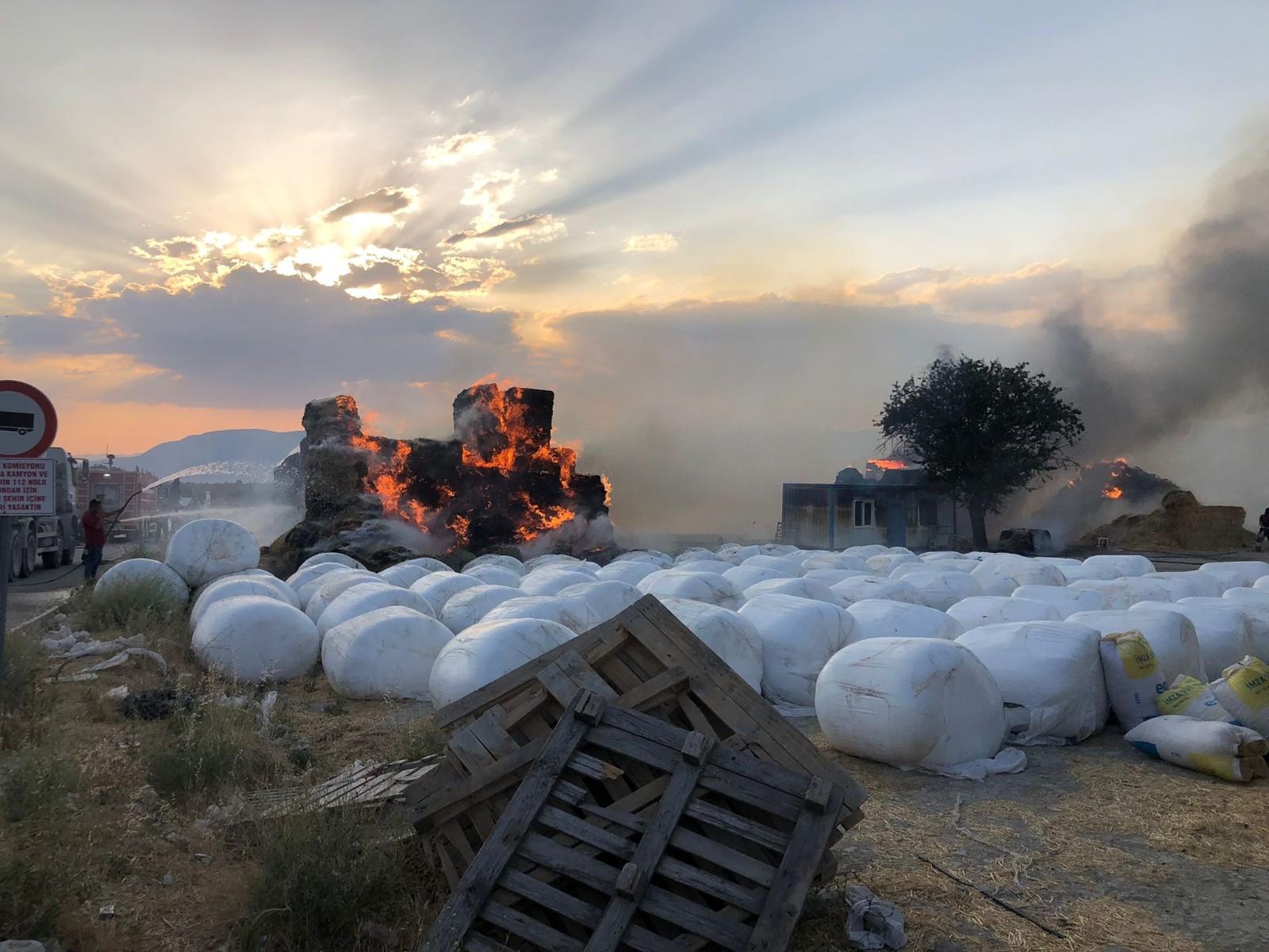 Tır üzerindeki saman balyaları alev alev yandı #burdur