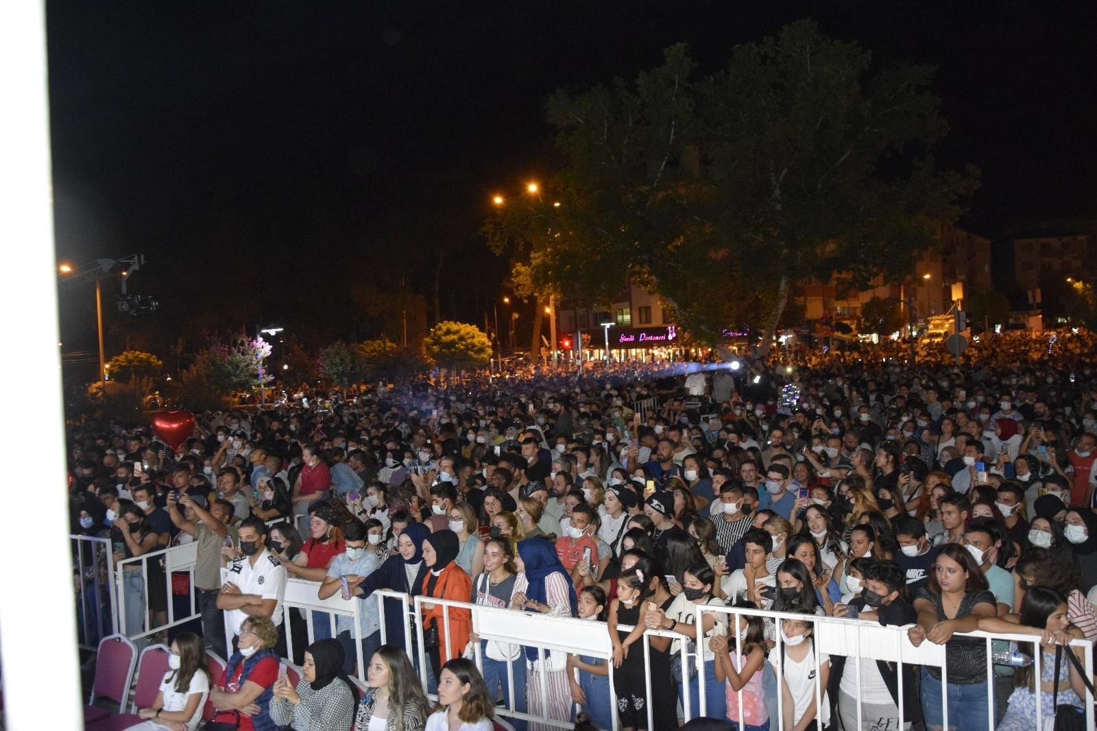 Burcu Güneş iki yıl aradan sonra ilk konserini Burdur'da verdi