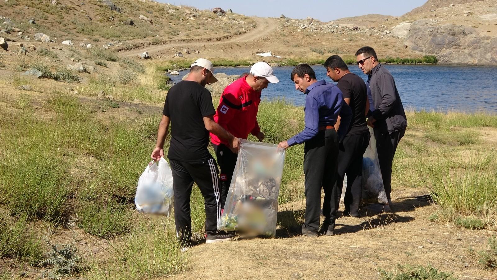 Tarım Müdürlüğü çalışanları Sat Buzul Göllerinde çöp topladı
