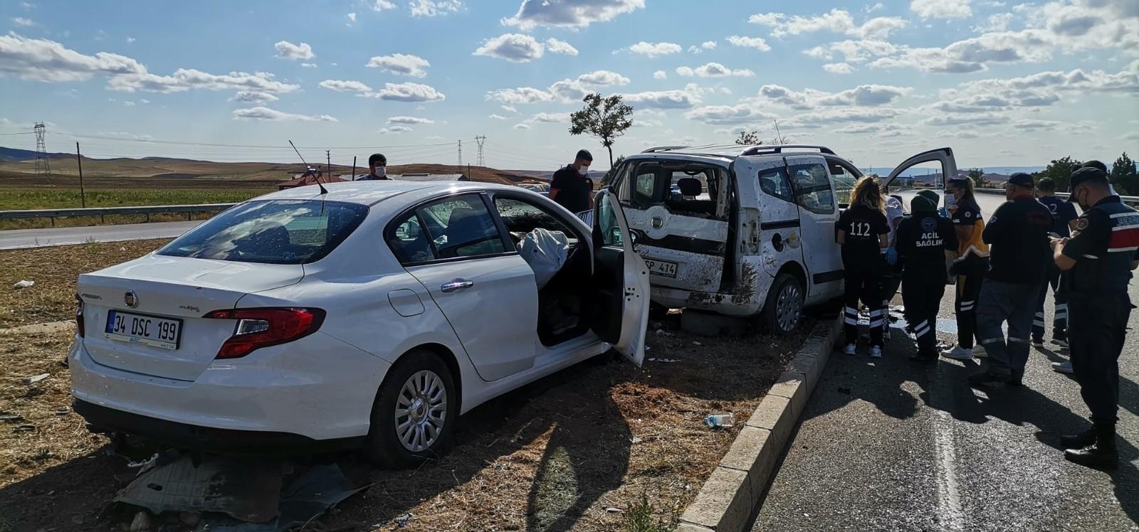 Hafif ticari araçla otomobil çarpıştı: 1 ölü, 2 yaralı