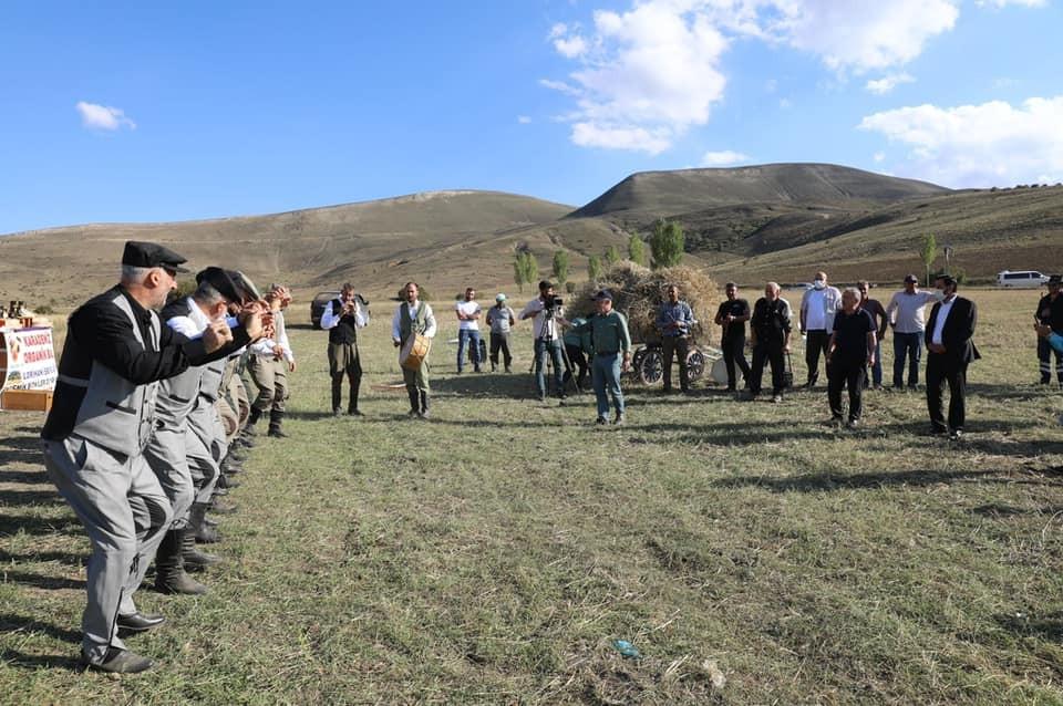 Ordu Büyükşehir Belediye Başkanı Güler, Bayburt'ta tırpan sallayıp, halaya katıldı