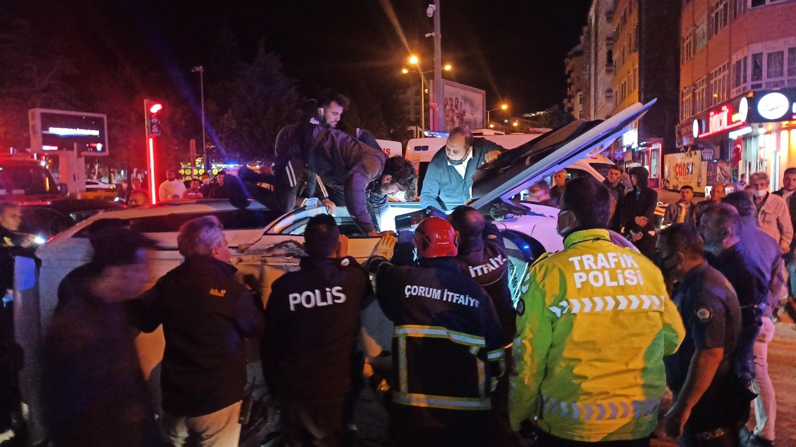 Şüpheli aracı kovalayan polis otosu kaza yaptı: 2 yaralı