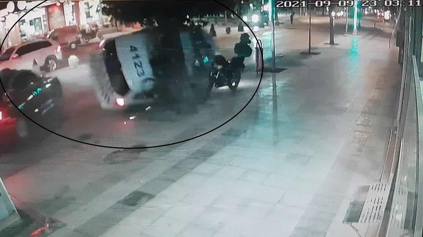 2 polisin yaralandığı kaza güvenlik kamerasında