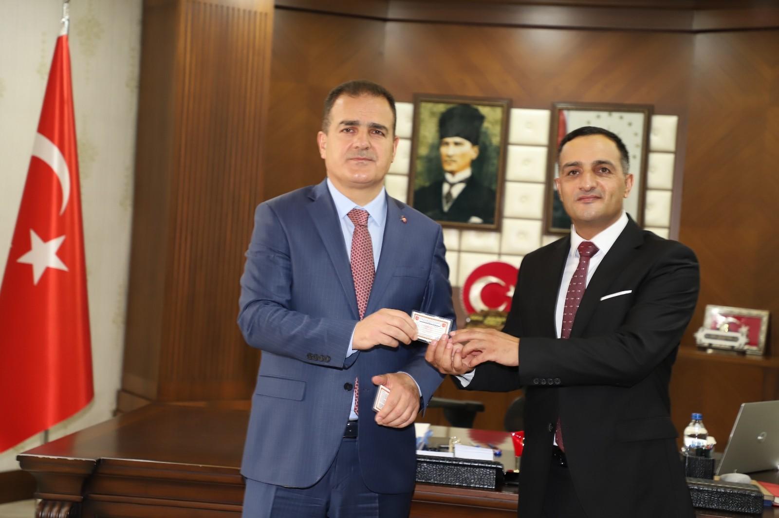Vali Akbıyık TSKGV kurul üyelerine tanıtım kartı takdim etti