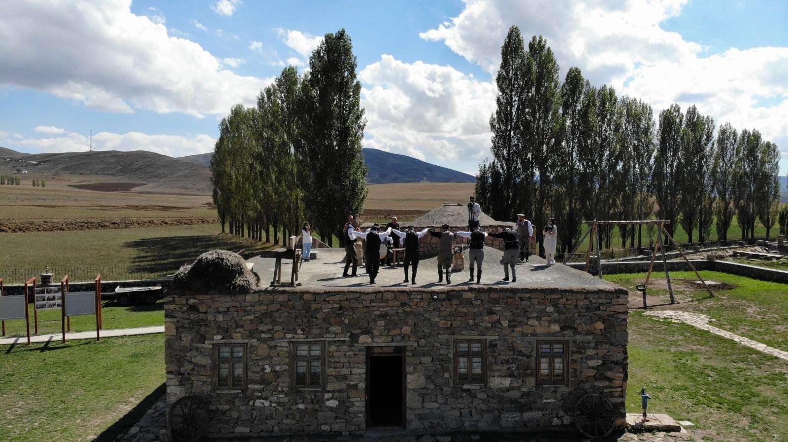 (Özel) Avrupa'da 'Yılın Müzesi' seçilen müzede dam üstünde horon şov