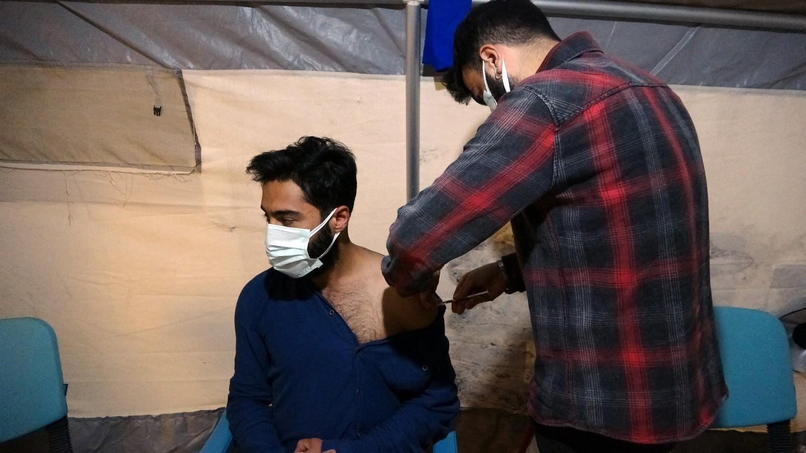 Yüksekova'da sağlıkçılar gece gündüz aşı yapıyor #hakkari