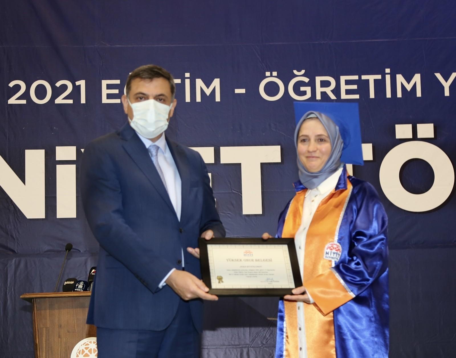 52 yaşındaki 3 çocuk annesi üniversiteyi birincilikle bitirdi #corum