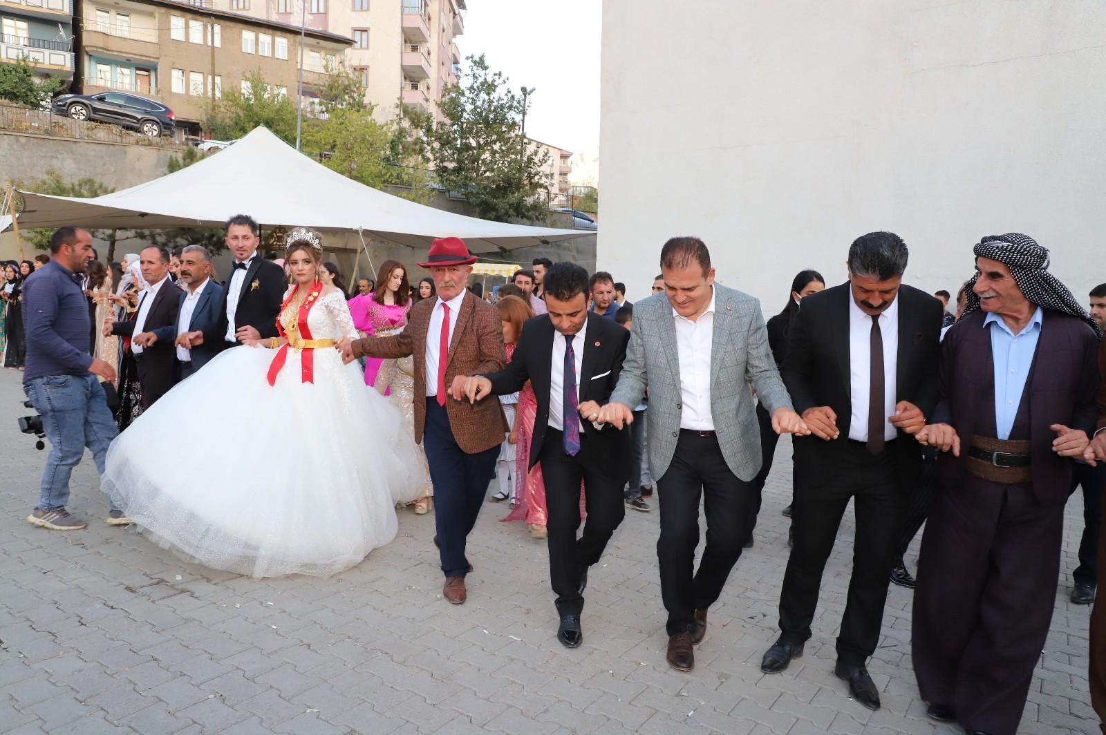 Vali Akbıyık, aşiret düğününde halay çekti #hakkari